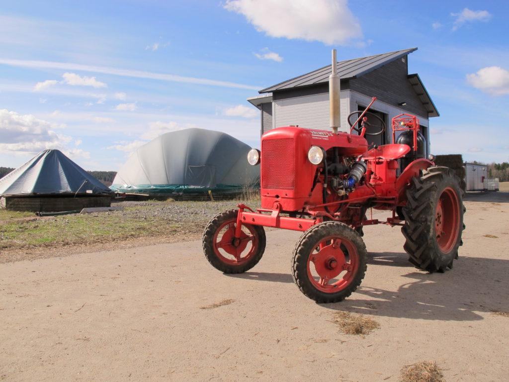 Tuorlan opiskelijoiden tekemä päättötyö, biokaasulla käyvä Valmet 20 -traktori, joka on muunnettu biokaasukäyttöiseksi autoihin tarkoitetulla muunnossarjalla.