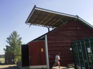 Kuva 3. Hakevarastossa ja –kuivaamossa on avattava katto hakeautojen vaivatonta purkua varten.