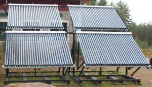 Kuva 9. Tyhjiöputkikeräimillä tuotetaan kesänajan lämpöenergia. Lämpölaitokseen asennetaan 4 kpl 30-58/1800 Nova-¬tyhjiöputkikeräintä, joiden aktiivinen keräinpinta-¬‐ala yhteensä 17,6 m2 ja maksimiteho 12kw per keräin. Järjestelmään kuuluu myös SR982 automatiikka-ja pumppuryhmä energianmittauksella. Järjestelmän varaaja on Akva Solar 2000.